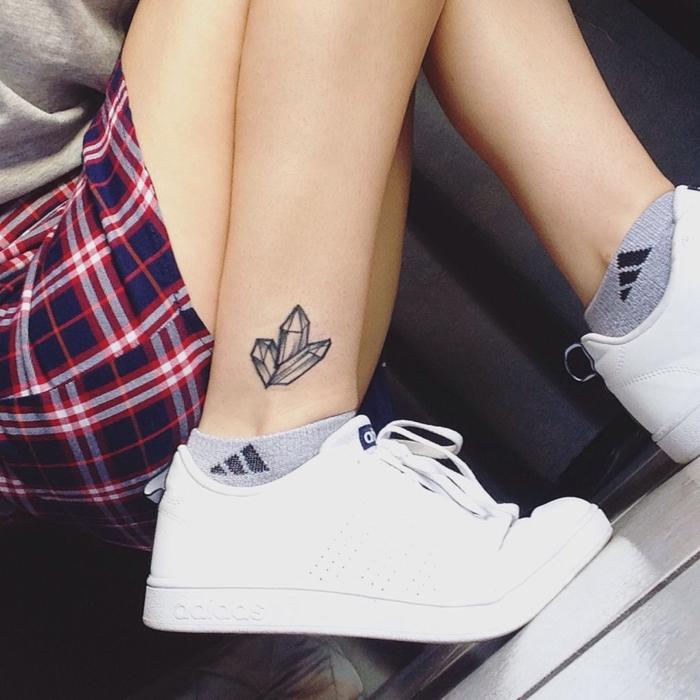 Geometric tattoo e un'idea con tatuaggio di tre cristalli sulla caviglia di una ragazza
