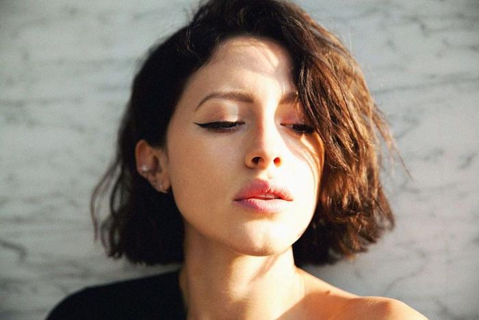 Taglio corto donna a carré per dei capelli di colore castano e pettinatura spettinata