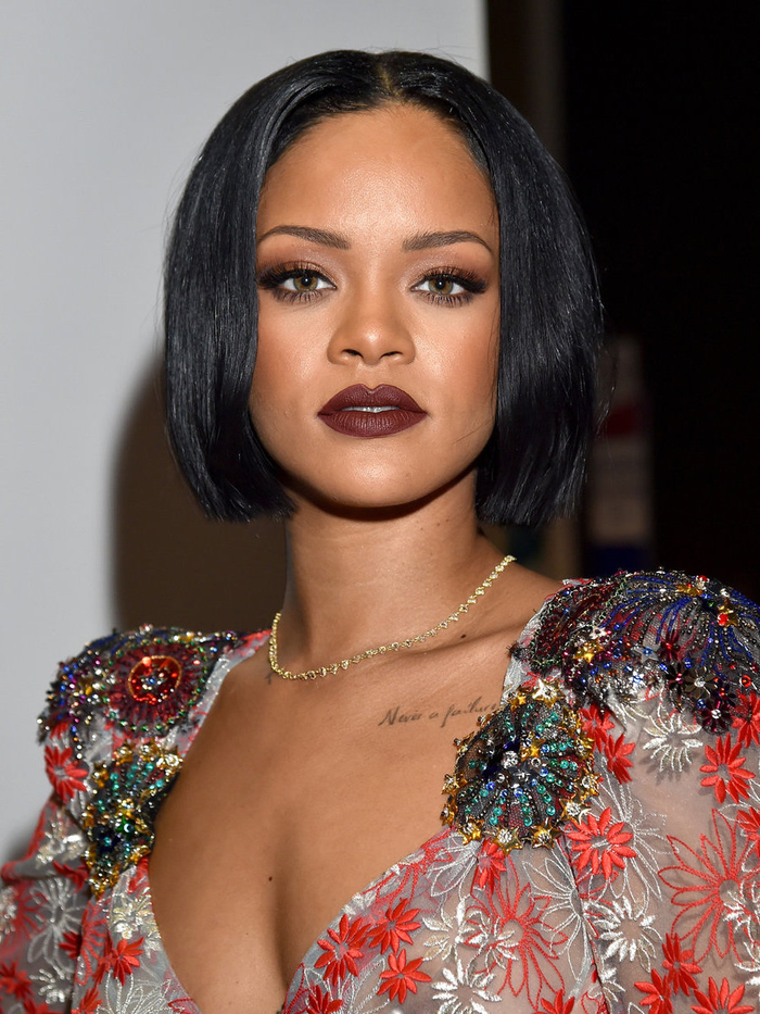 Capelli caschetto della cantante Rihanna, acconciatura con riga centrale e lunghezze pari