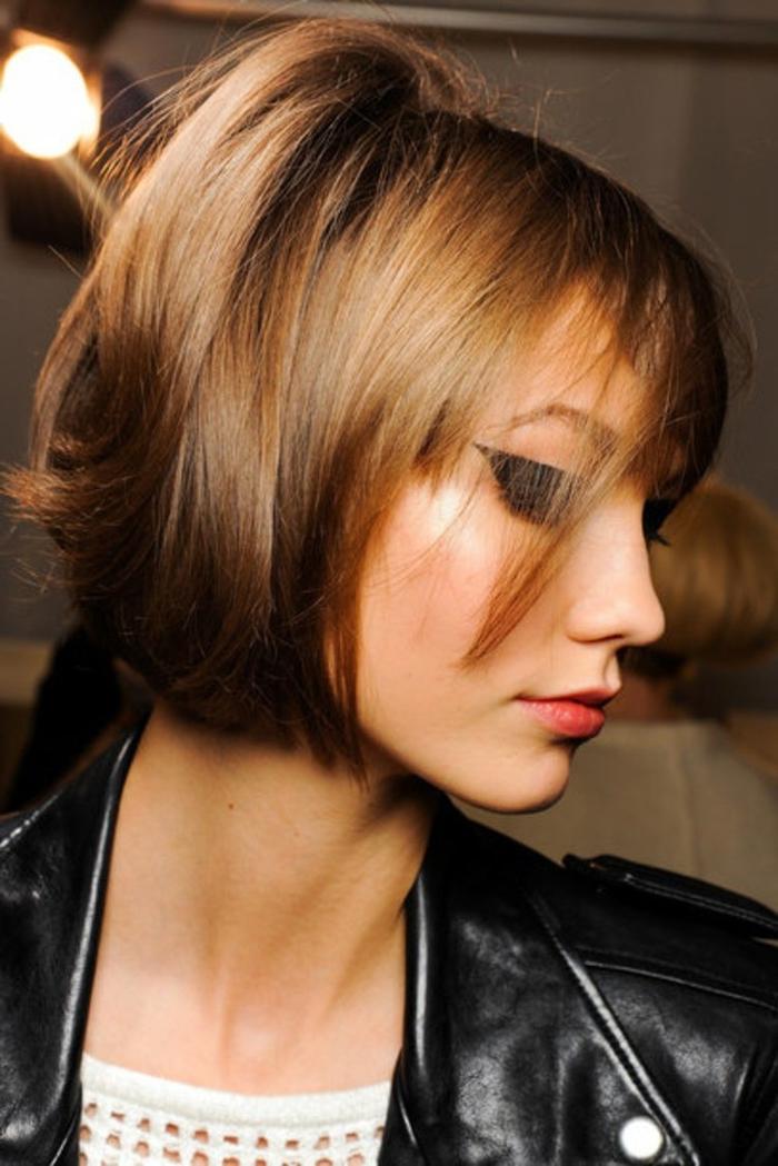 Idea per dei tagli capelli corti a caschetto di colore castano chiaro e riflessi luminosi
