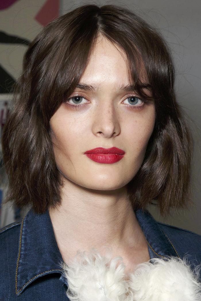 Tagli capelli medi e un'acconciatura con riga centrale ed un effetto mosso