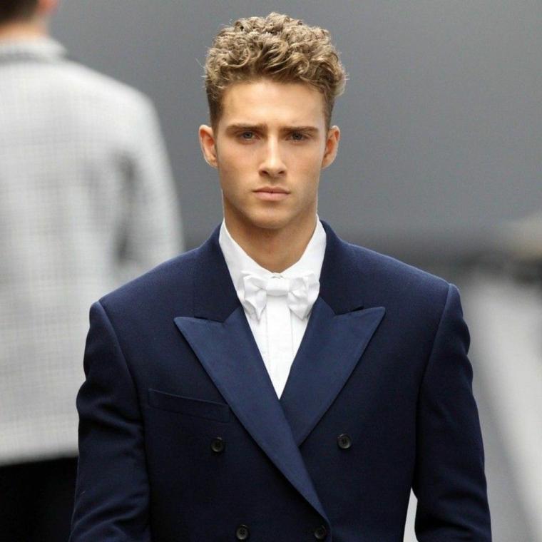Capigliature uomo con capelli rasati sui lati della testa e ricci in alto di colore biondo