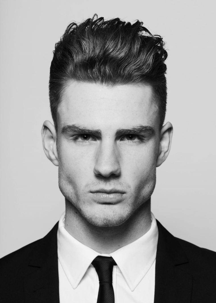 Idea per dei capelli rasati di un uomo con acconciatura ciocche più lunghe sopra