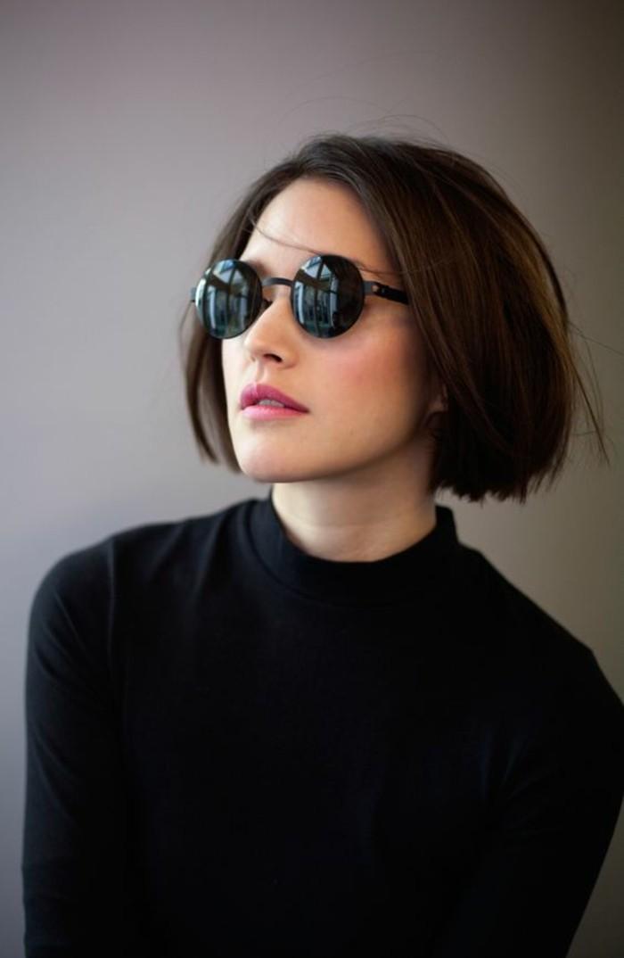 Idea per un taglio di capelli carré corto, ragazza con occhiali da sole e maglione nero
