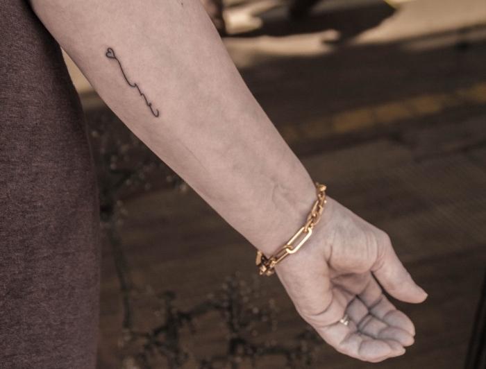 Piccoli tatuaggi femminili, piccolo cuore tatuato sull'avambraccio di una donna