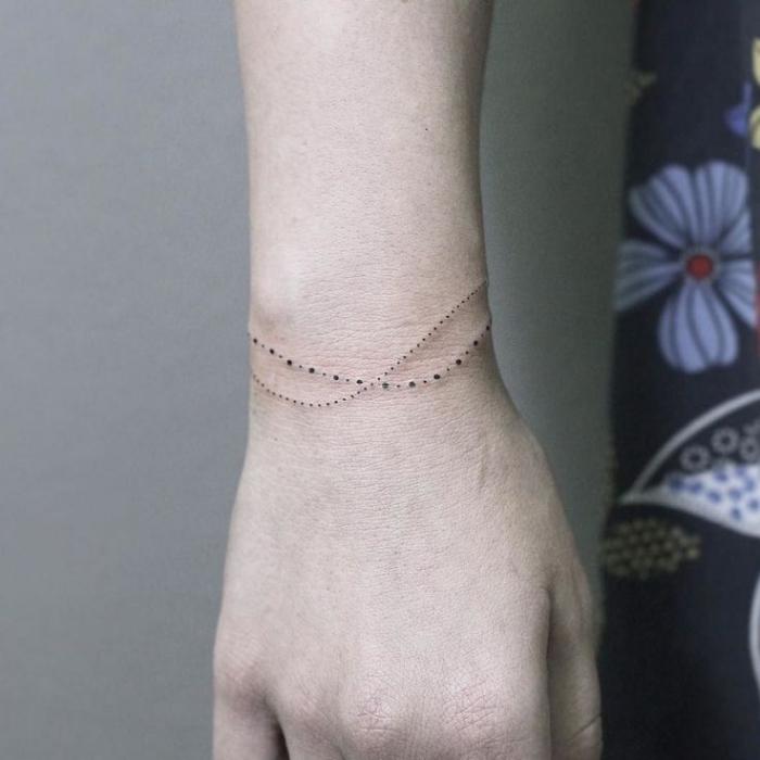 Piccoli tatuaggi femminili, idea per un tattoo bracciale per donna