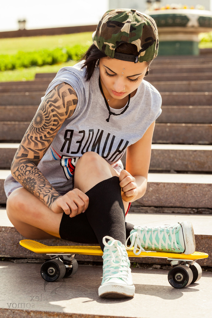 Simbologia tatuaggi e un tattoo a manica sul braccio di una ragazza