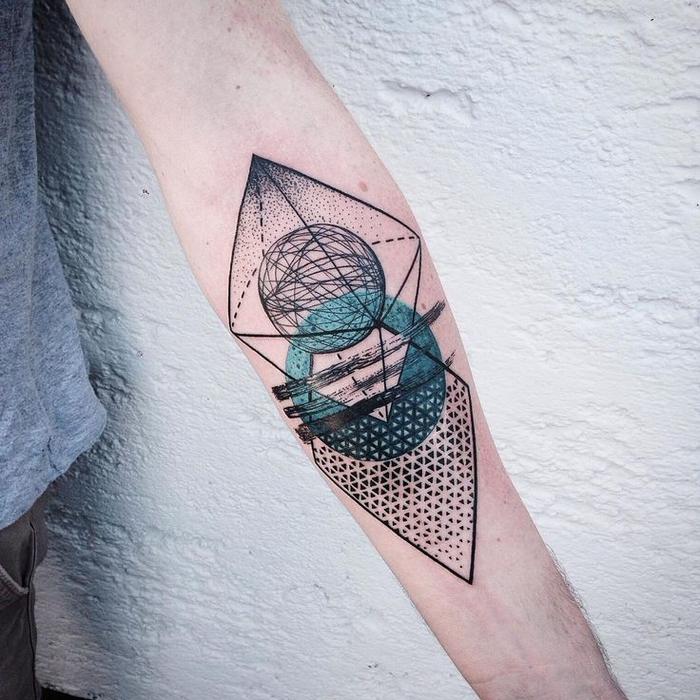 Idea originale per geometric tattoo sul gomito di un uomo con effetti colorati