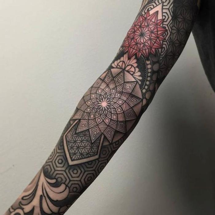 Idee tatuaggi uomo e un tattoo a manica con tante forme e simboli mandala colorati