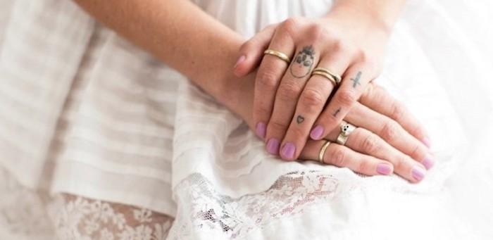 Idea per dei tatuaggi piccoli mani di una donna, tattoo teschio e cuore piccolo