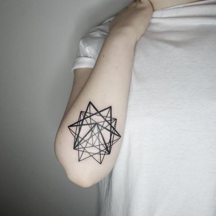 Simbologia tatuaggi e un'idea per tattoo con forme geometriche sul gomito