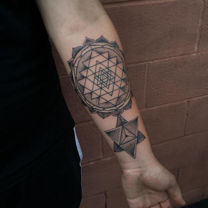 Idee tatuaggi uomo e un disegno con forme geometriche sul braccio