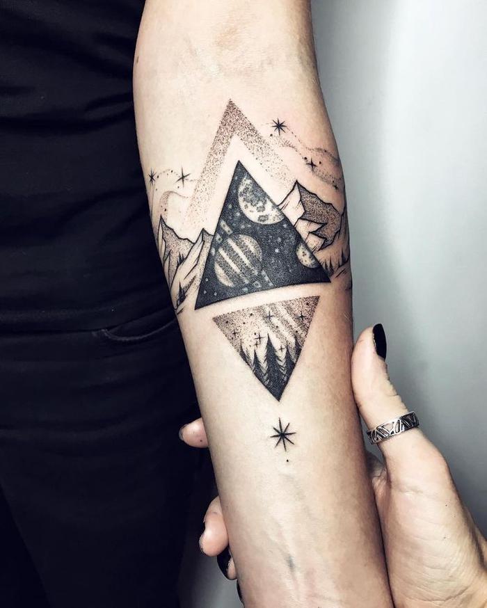 Tatuaggi maschili e un'idea per tattoo disegno terra e cielo nella posizione opposta