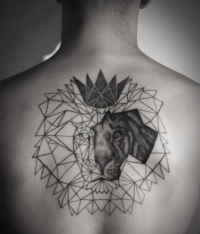 Idea per un geometric tattoo sulla schiena di un uomo con raffigurato il viso di un leone