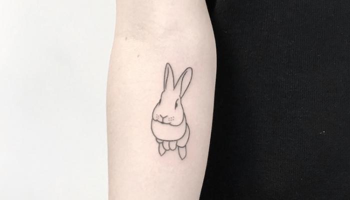 Tatuaggi piccoli femminili e un'idea con tattoo sul braccio con il disegno di un coniglietto