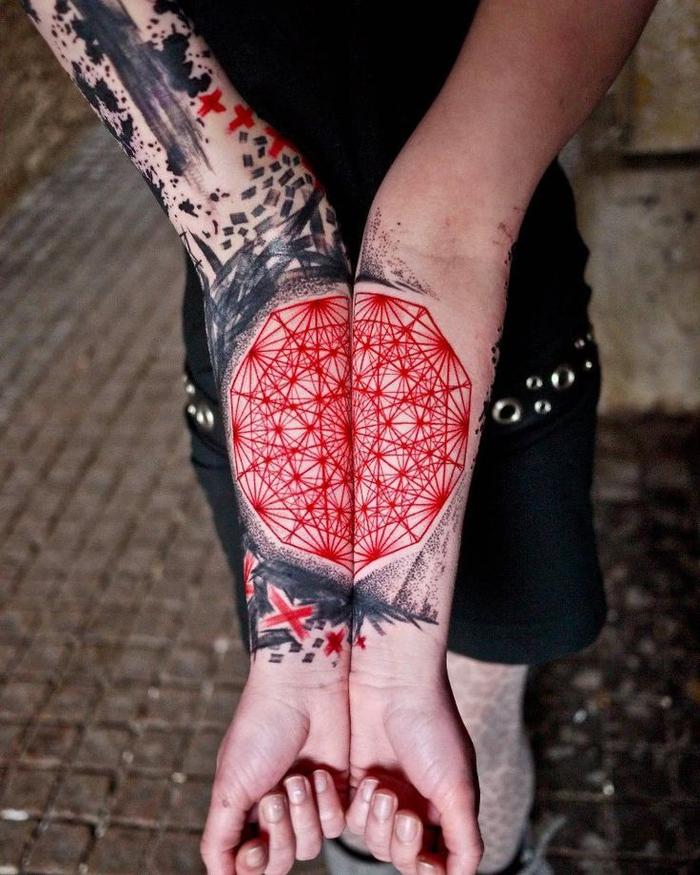 Tatuaggi geometrici e un disegno colorato sulle braccia di una ragazza