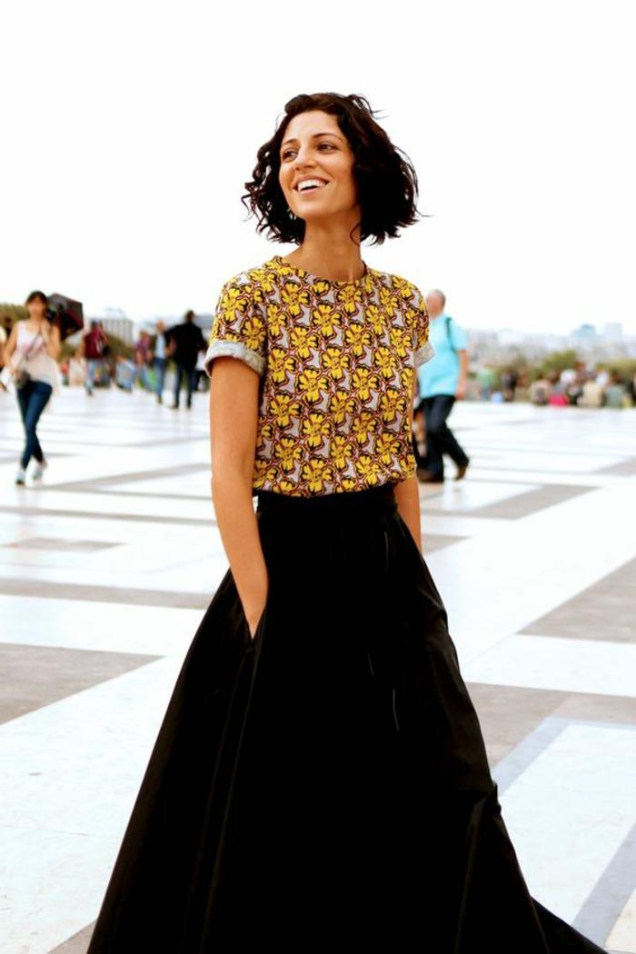 Vestiti africani dinne e un'idea di abbigliamento con gonna nera e maglietta gialla a manica corta
