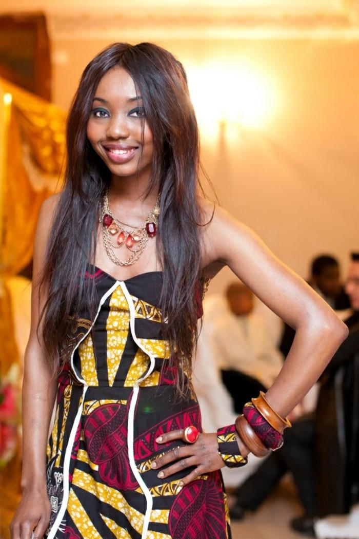 Tessuti etnici per dei vestiti eleganti, ragazza con un abito midi e bustino
