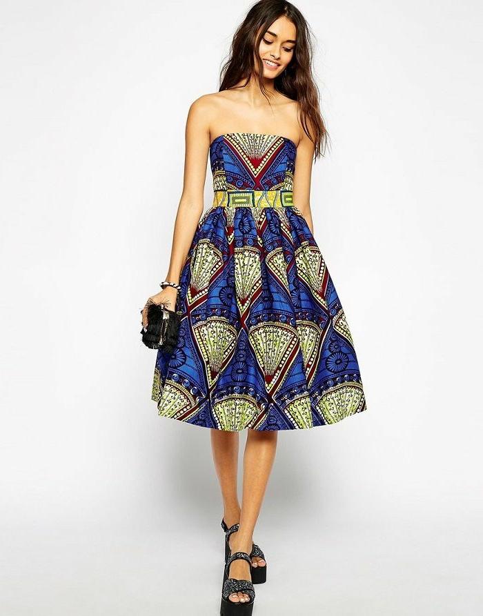 Stoffe africane e un'idea di abbigliamento con abito blu a ruota