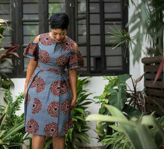 Idea per un abbigliamento africano con abito di colore blu e stampe