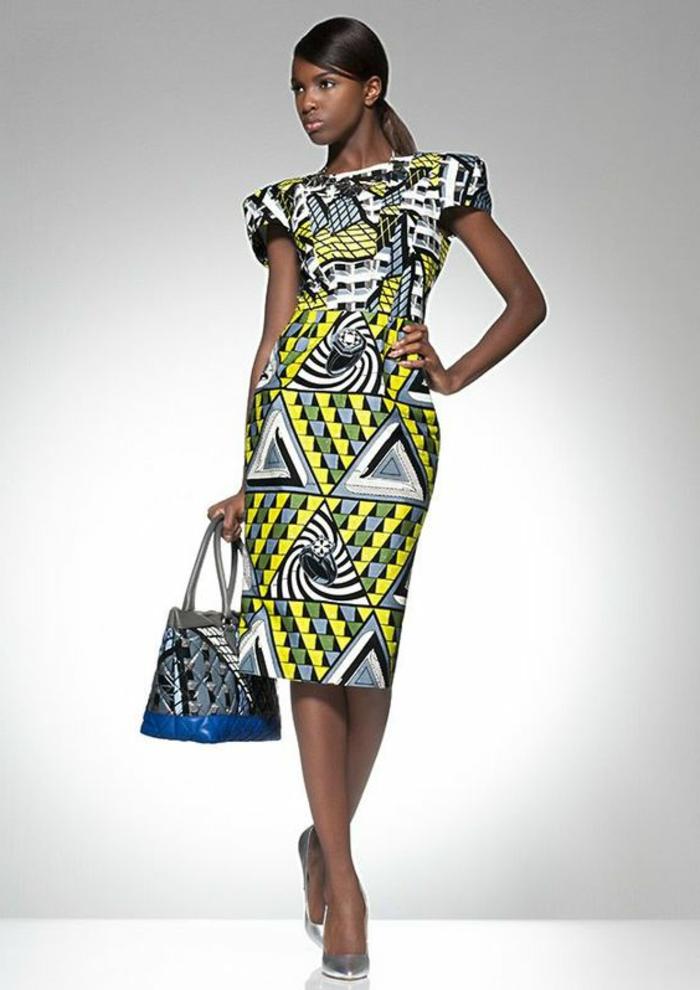 Vestito con stampe africane abbinato alla borsetta a mano