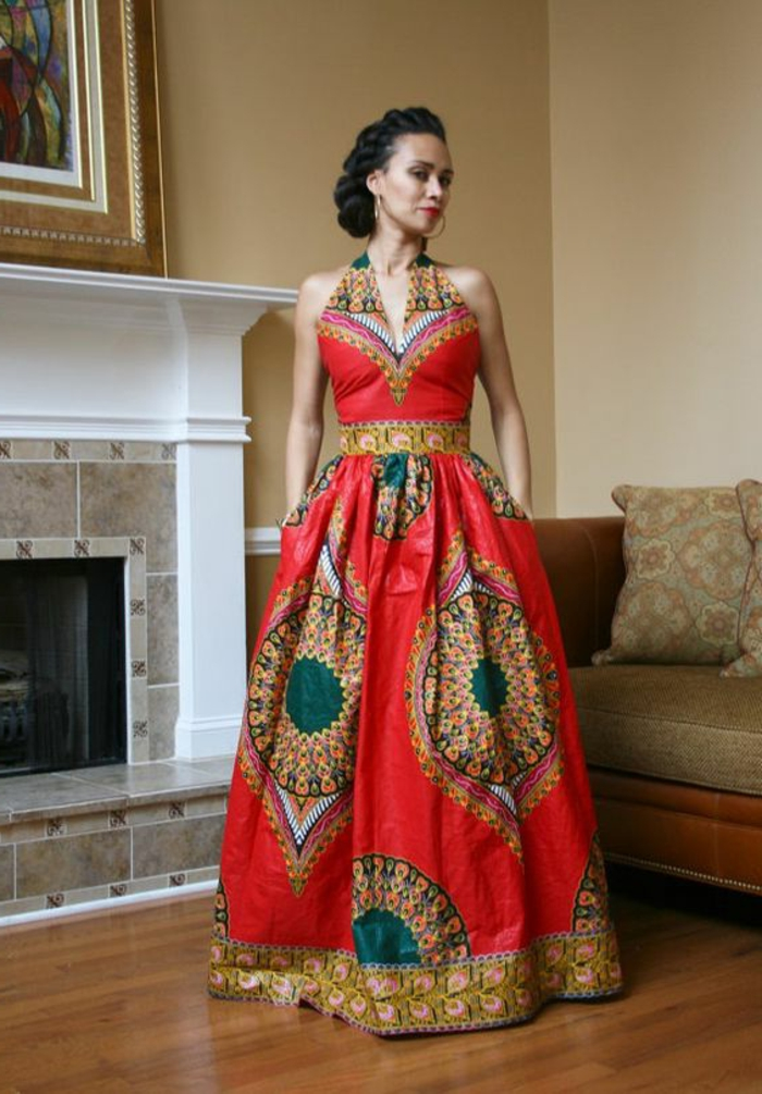 Ragazza con un abbigliamento elegante con vestito rosso e stampe africane