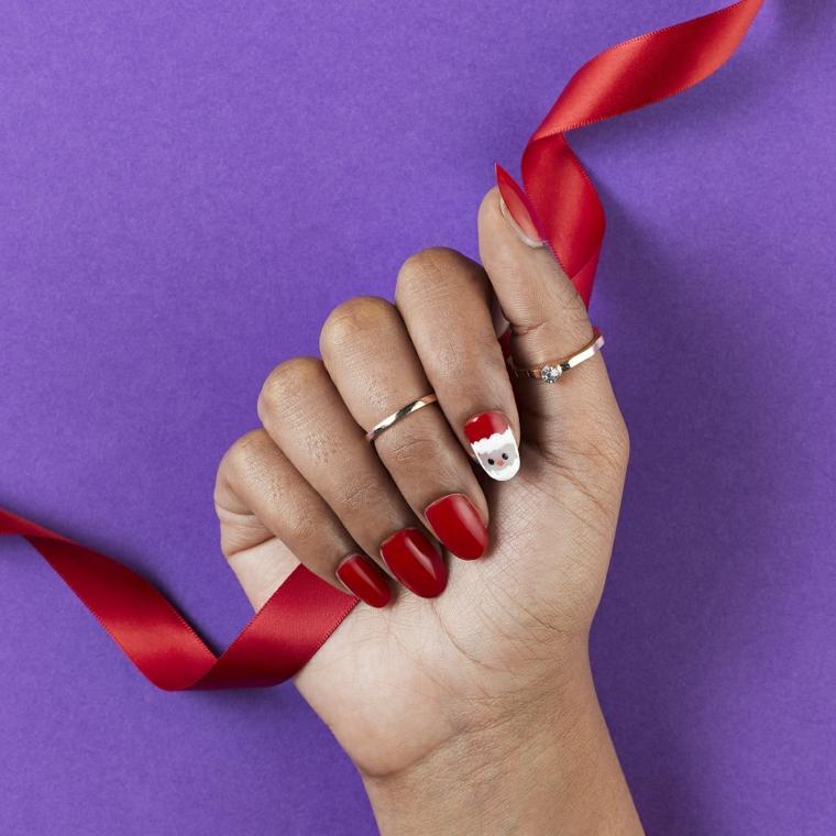 Unghie rosse natalizie forma mandorla con disegno di Babbo Natale e nastro in mano