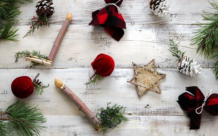Idea per alcuni addobbi natalizi fatti a mano con pezzi di legno e pigne