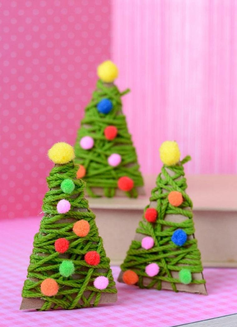Lavoretti creativi con pezzettini di cartone e filati di lana per creare alberi natalizi