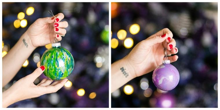Decori natalizi fai da te con palline di plastica dipinte con i colori acrilici