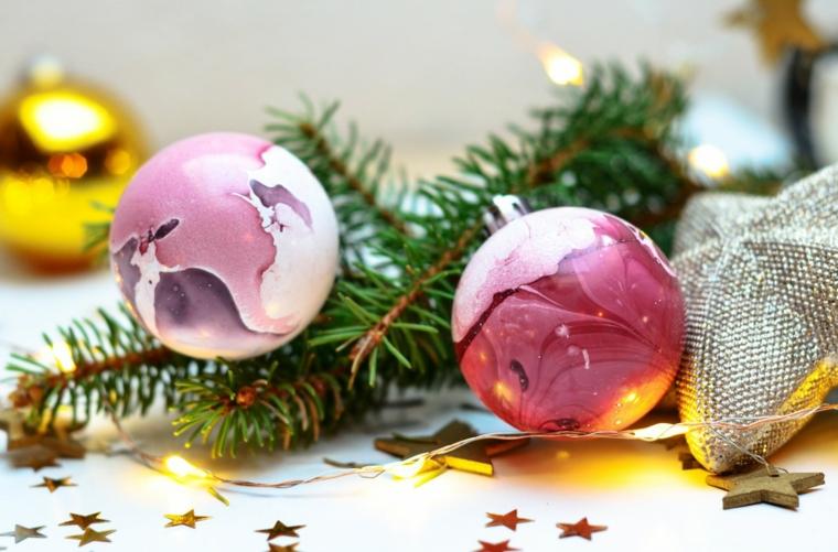 Palle di Natale fai da te e un'idea con sfere di plastica piene di colore e rametti verdi