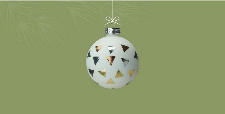 Idea per degli addobbi di Natale fai da te con pallina di colore bianco e confetti incollati