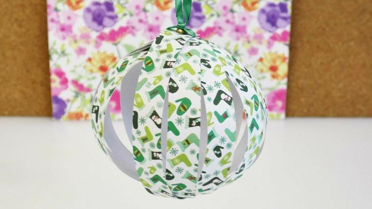 Palle di Natale fai da te e un'idea con pallina di carta da regalo con filo da appendere verde