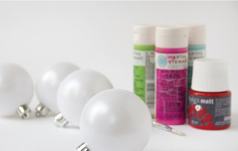 Decori natalizi fai da te con sfere di plastica come palline e colori acrilici