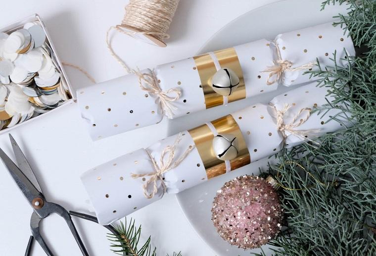 Decorazioni natalizie fai da te per la casa, regalini con carta da regalo legati con filo di canapa