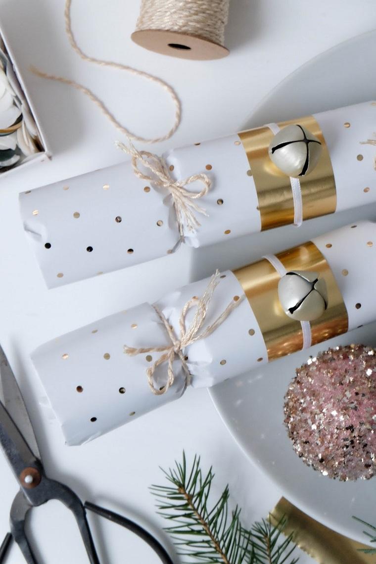 Lavoretti creativi Natale, regalini con carta bianca a pois e filo di canapa colore beige