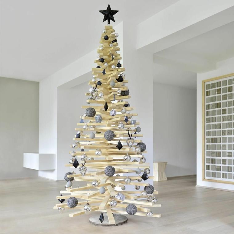 Palle di Natale fai da te, un albero di legno molto alto con stella in cima