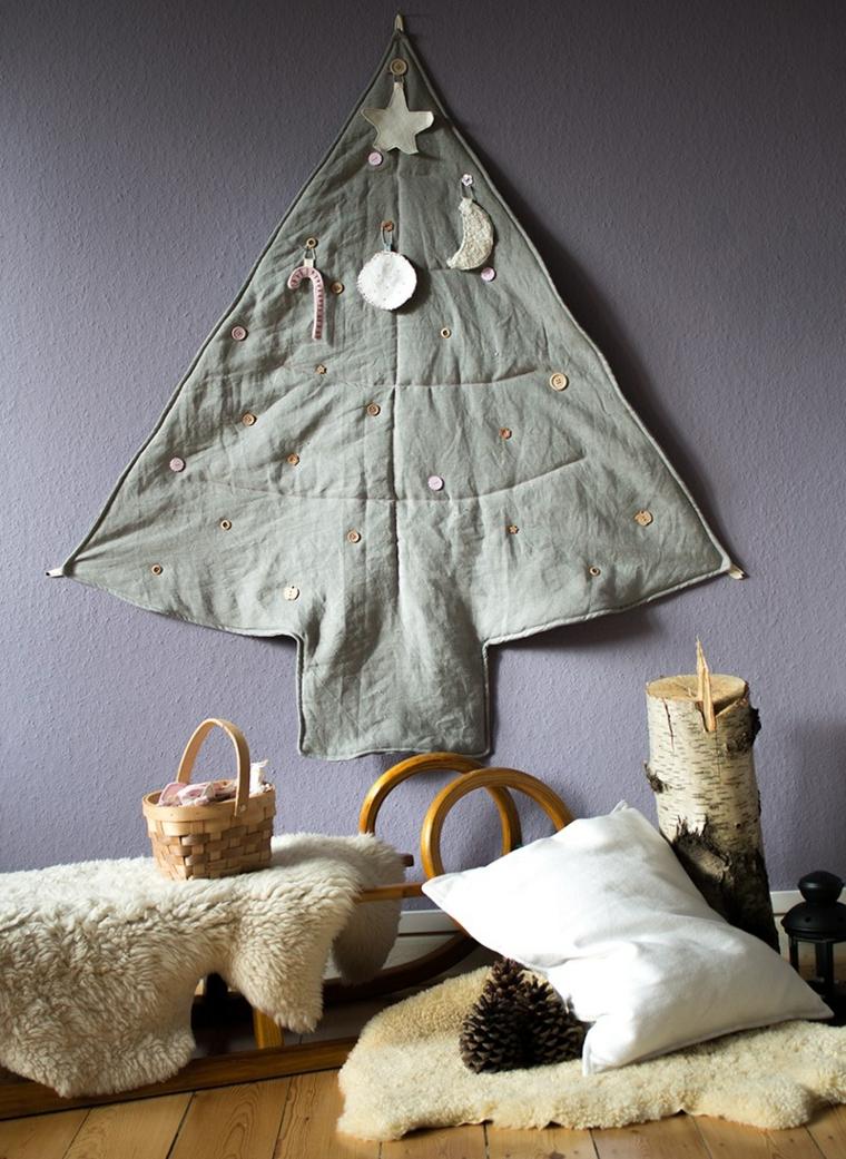 Parete decorata con una coperta ritagliata e cucita a forma di albero di Natale