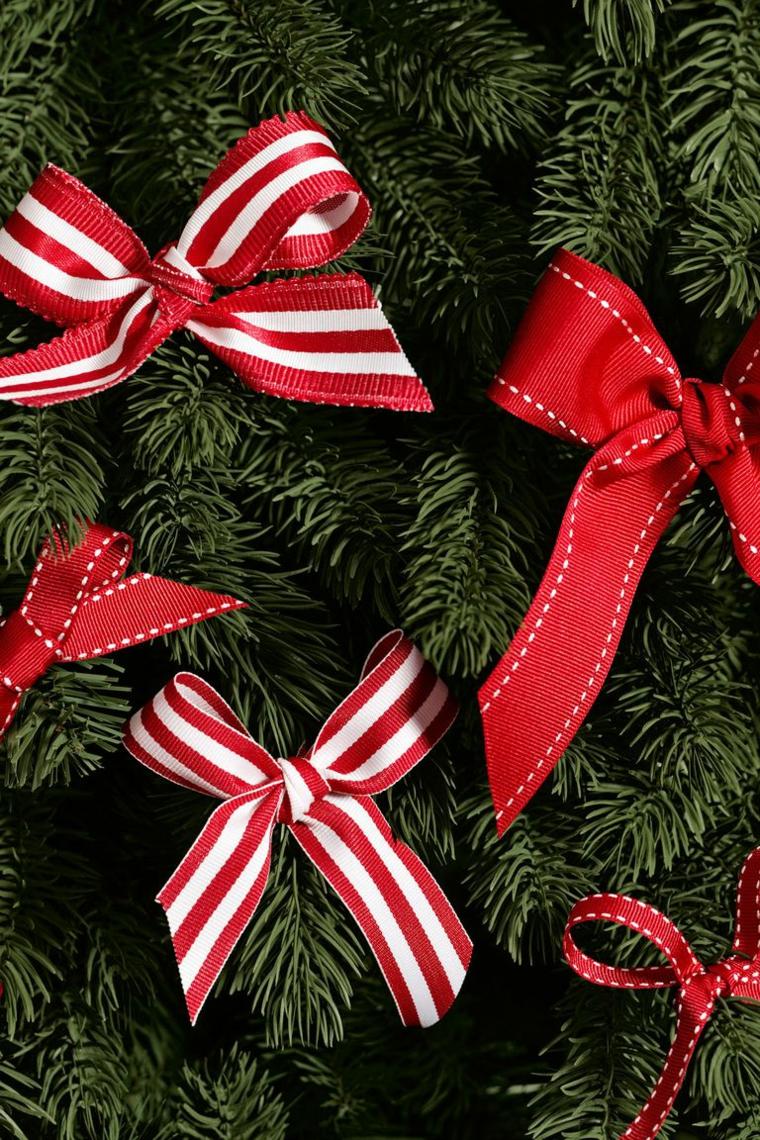Decorazioni natalizie fai da te tutorial con fiocchi di stoffa per decorare l'albero di Natale