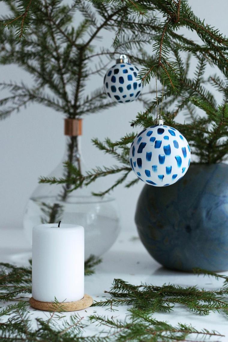 Addobbi natalizi fai da te e un'idea con palline dipinte a mano, decorazione con candele