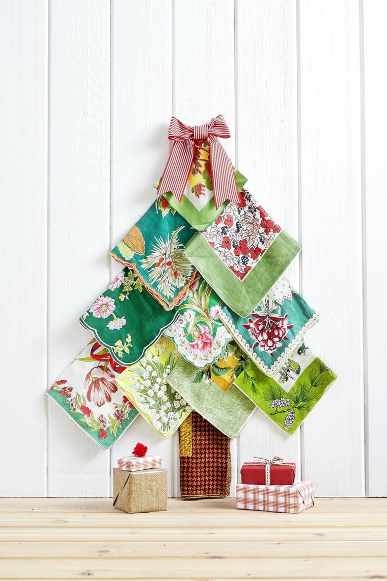 Decorazioni natalizie fai da te tutorial con un albero di Natale fatto da tovaglioli di stoffa colorata