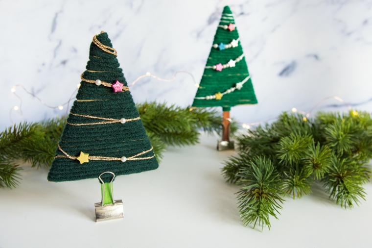 Creazioni di Natale fatte a mano, alberelli di stoffa con fermacarte e vari ornamenti