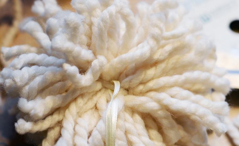 Addobbi natalizi da appendere all'albero, pallina di fila di lana con nastro bianco