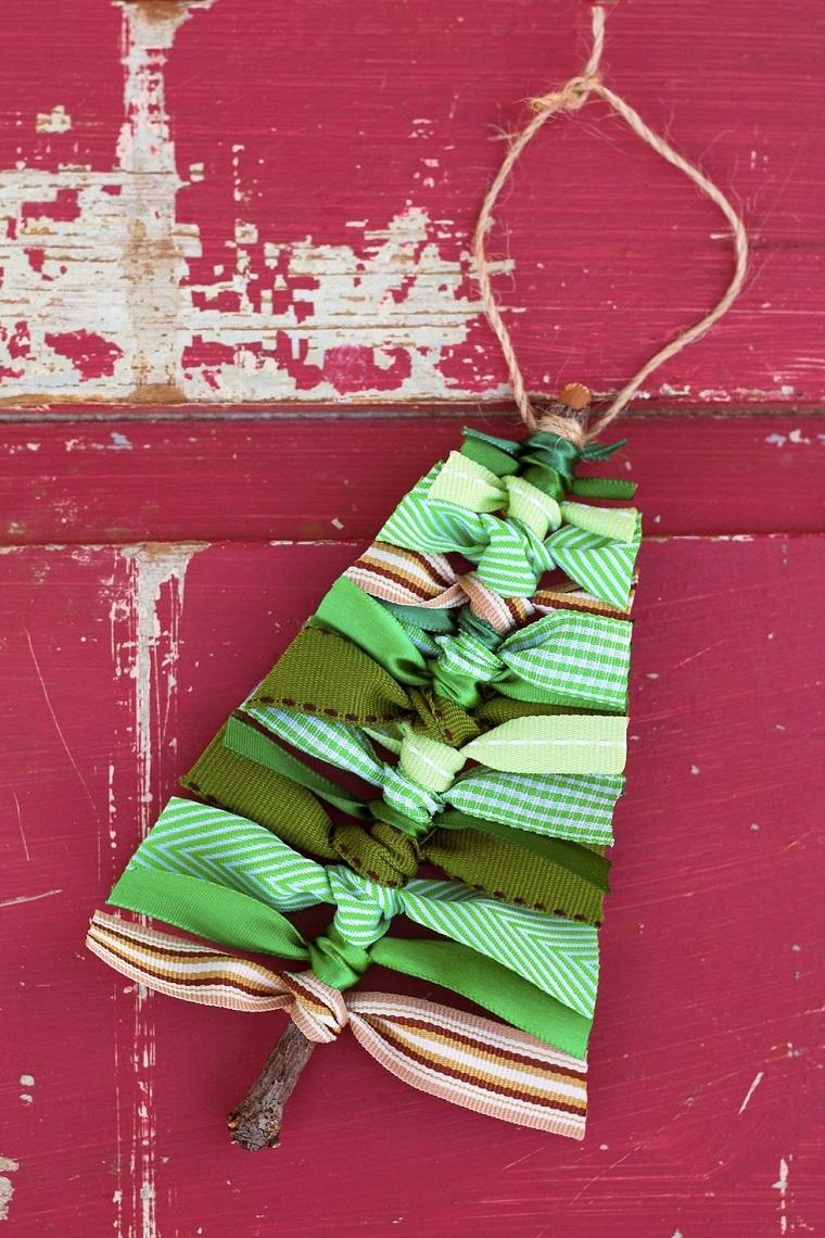 Ramo di legno con nastri a forma di un albero, decorazioni natalizie fai da te per la casa