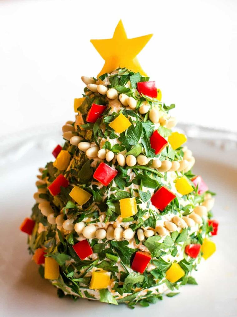 Antipasti per la Vigilia di Natale con un'insalata a forma di un albero natalizio con stella di peperone giallo in cima