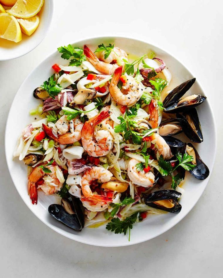 Cena natalizia e un'idea per insalata di frutti di mare con cozze e gamberetti sgusciati