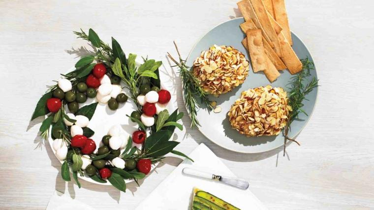 Ricette natalizie e un'idea per l'insalata a forma di festone con olive, pomodorini e mozzarelle