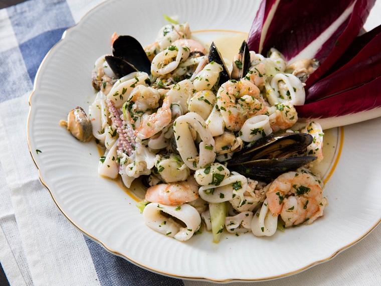 Menu vigilia di Natale e un'idea per antipasto con insalata di frutti di mare