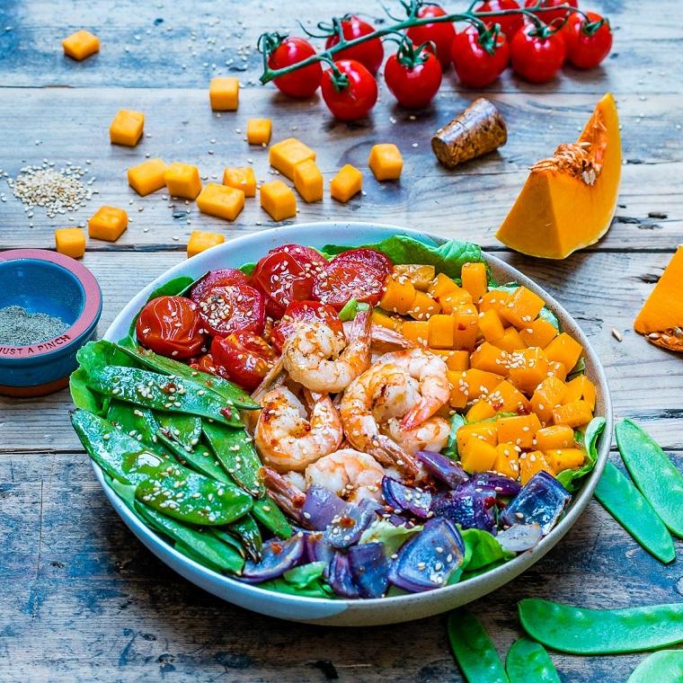 Ricette vigilia di Natale e un'idea con insalata mista di zucca, gamberetti e verdure cosparse di sesamo