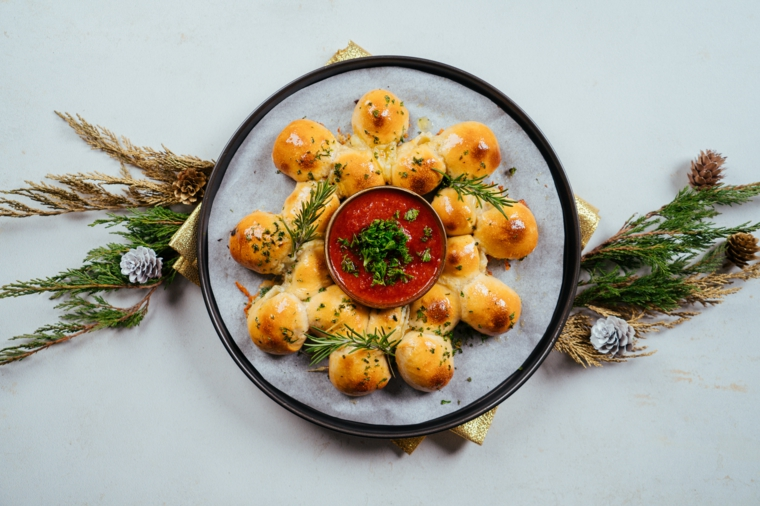 Menu vigilia di Natale, pane natalizio con ciotola di salsa di pomodoro, decorazione con coriandolo fresco